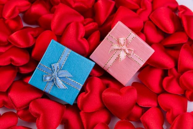 ギフト用の箱、バレンタインデーの背景の概念と赤いハート。