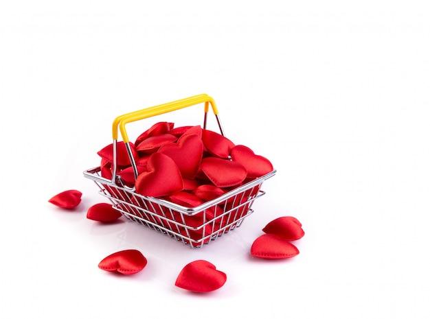 赤いハートのショッピングバスケット、バレンタインデーの背景に