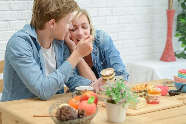 Счастливые пары есть перерыв на чашку кофе и десерт в белой кухне.
