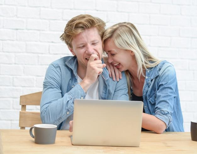 Молодая пара, управление их семейного бюджета, сидя на белой комнате.