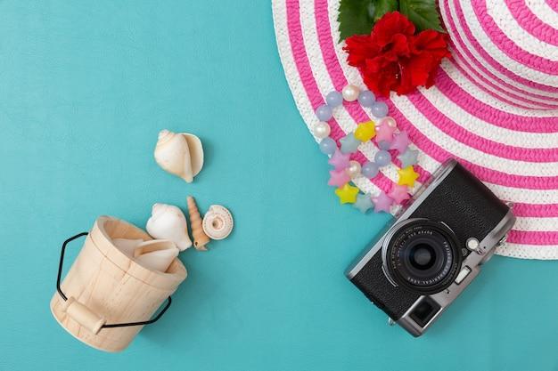 Полосатая ретро шляпа с винтажной камерой и аксессуаром для лета.