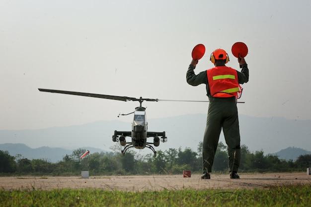 Военные отправляют вертолетный контракт вверх или вниз по земле