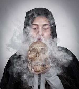 Девушка с черепом дыма, символ концепции образа жизни.