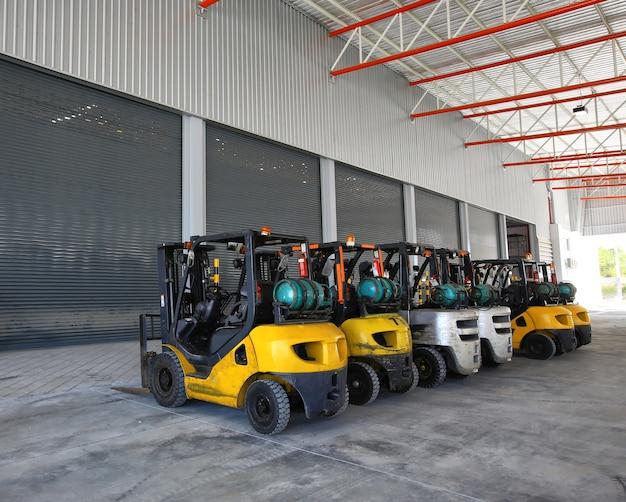 大規模な現代倉庫でのフォークリフト