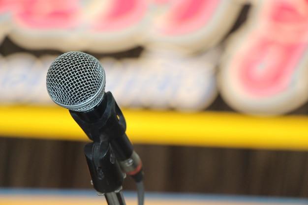 Микрофон крупным планом с размытым фоном