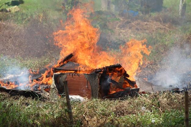 Дрова в огне в поле