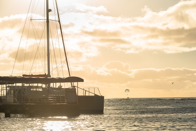ハワイ、ホノルルの夕暮れ時、ワイマキビーチにカタマランドッキング
