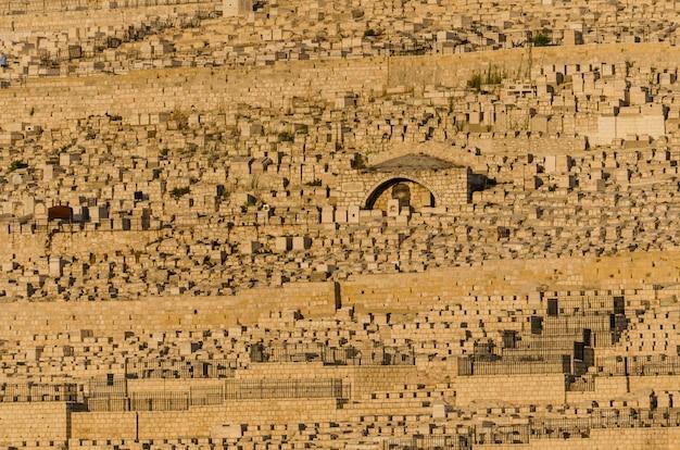 イスラエル、エルサレムのダビッドソンセンターからオリーブ山のユダヤ人の墓の眺め