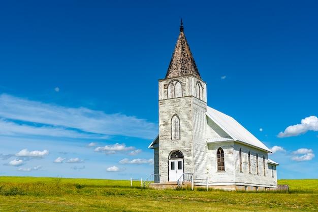 キャノーラ畑のあるサスカチュワン州提督の歴史的なイマニュエルルーテル教会