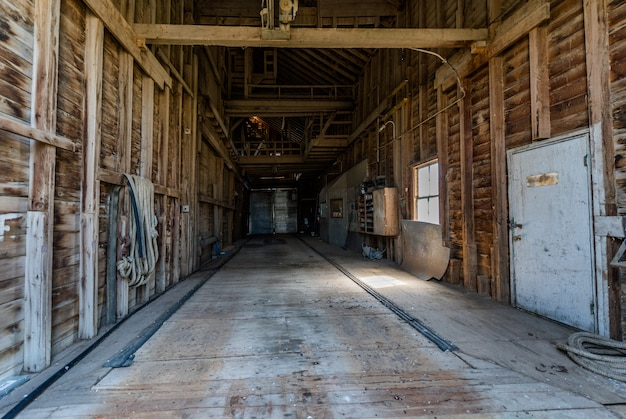 カナダ、サスカチュワン州の大草原の放棄された穀物エレベーターの内部