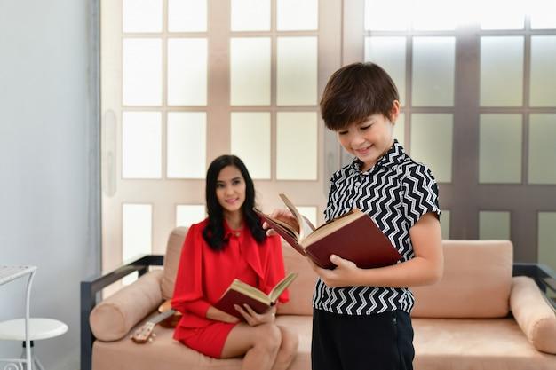 教育コンセプト。ママは息子に勉強を教えている。家族は自宅で活動しています。