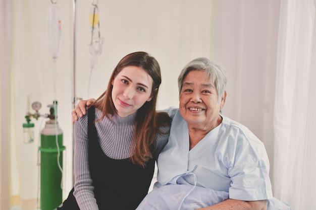 患者の概念孫は病院でおばあちゃんを訪問します。