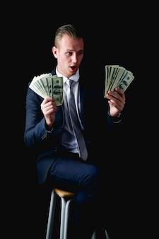 事業コンセプトビジネスマンは彼女のお金を数えています。