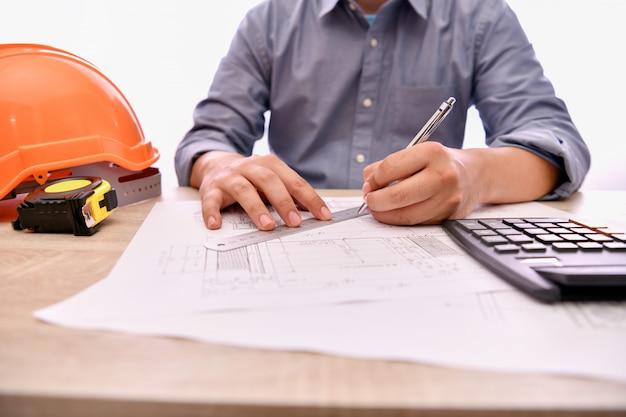 工学の概念エンジニアはオフィスで働いています