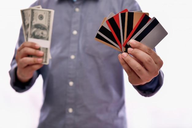 金融ビジネスの概念ビジネスマンは黒い背景にクレジットカードを使用しています。