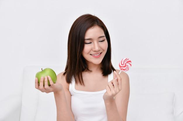 健康的な食事のコンセプトです。美しい女の子は彼らの手で食べることを選んでいます