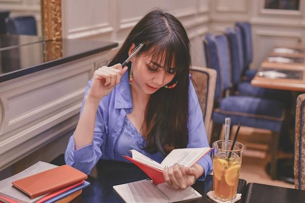 アジアの女性がレストランで働く