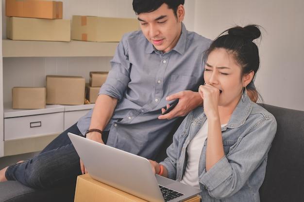 Молодые деловые люди работают с ноутбуком