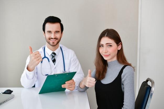 医者は患者の健康を調べています