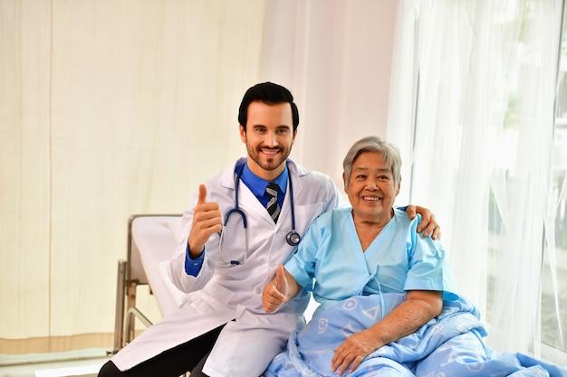 医者は老人を癒しています