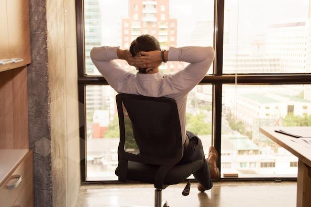 若者はオフィスで仕事で寛げる