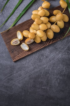 新鮮なナツメヤシは、オイル、健康食品とともにテーブルに置かれます。