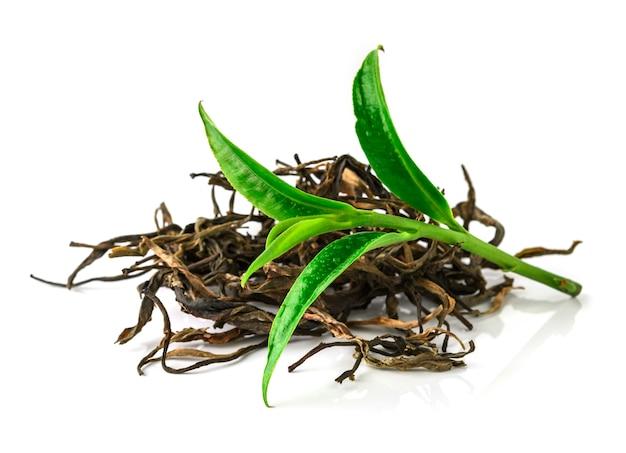 白い背景に分離された緑茶葉