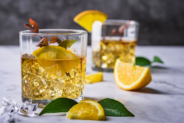 オレンジ、ミント、氷のフレッシュカクテル
