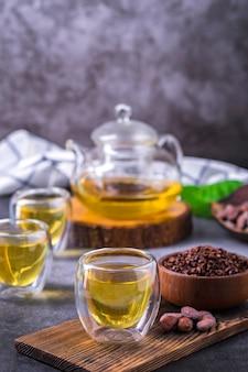 ホットカカオティー。カカオ豆フレークで作られた新鮮なホットチョコレートハーブティーは、フラボノイドと抗酸化物質が豊富で、グラスで提供されます