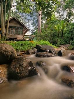 Дом сельской местности с потоком в чиангмае, таиланде.