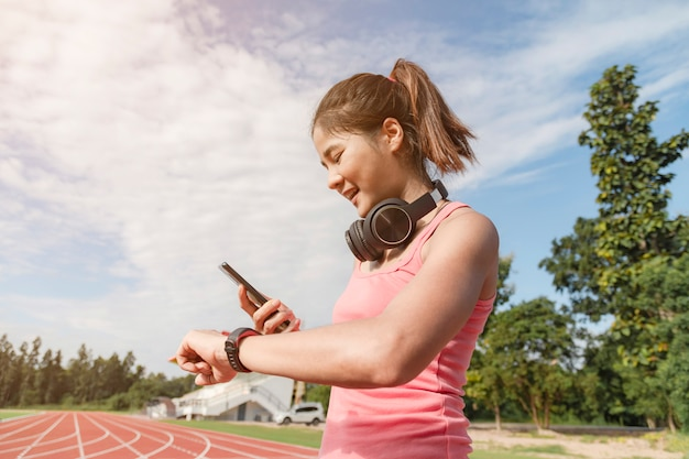 Спортивный азиатская женщина бегун в модной спортивной одежды.