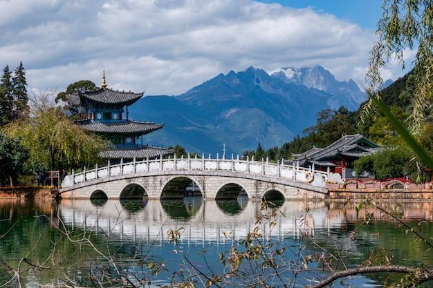 麗江玉泉公園の玉龍雪山と黒龍池にかかる水翠橋の美しい景色