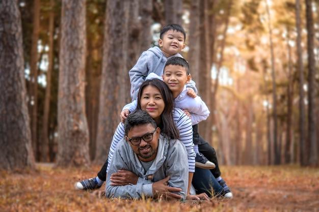 自然の中で楽しんでいる子供たちと若い家族