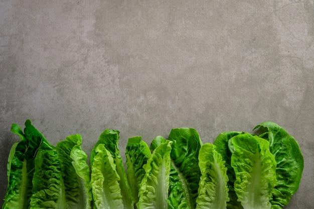 Салат с салатом ромейн на каменном столе