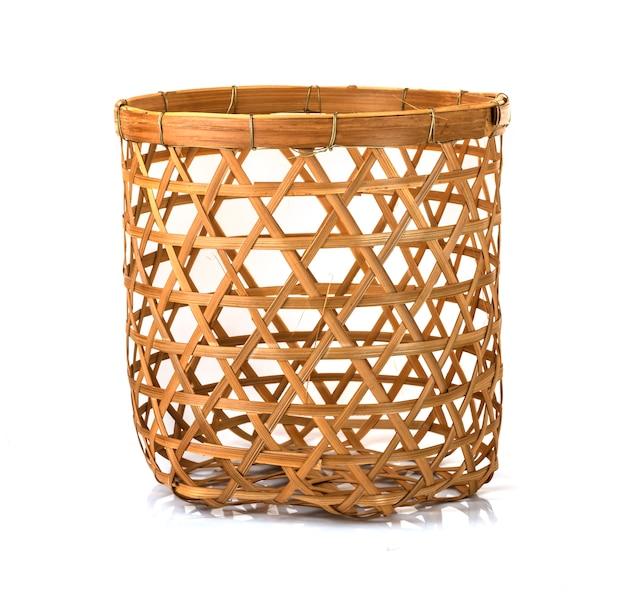 Бамбуковая корзинка ручной работы, изолированная