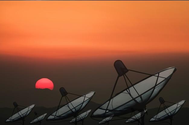 Большая черная спутниковая антенна