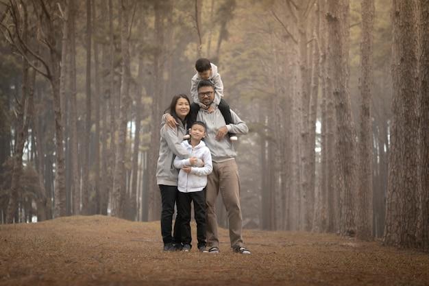 自然の中で楽しんでいる子供を持つ若い家族