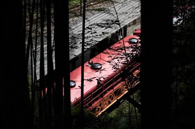 京都の竹林からの古い電車