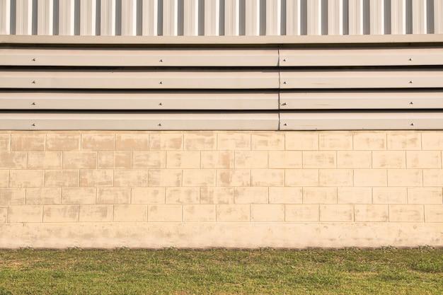 金属板で作られた工場の壁