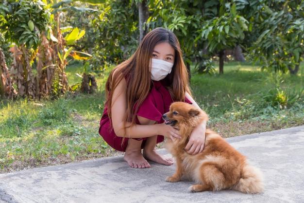 若い女の子が保護医療用マスクを着用