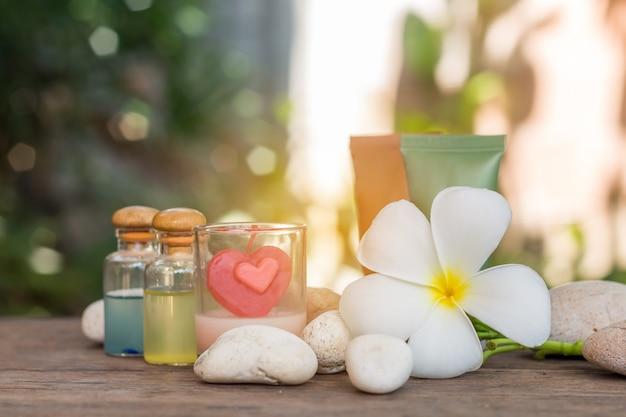 プルメリアまたはプルメリアの花を使ったアロマセラピー製品のセラピーマッサージスパ。