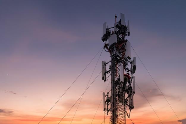 高い塔で働くエンジニアまたは技術者