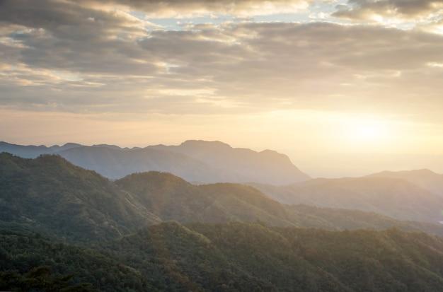 カオコーペッチャブーン、タイの国立公園で朝の山と霧の風景