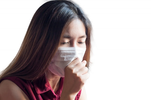 Молодая азиатская китайская тайская женщина нося респираторную маску для того чтобы защитить пыль и дым в воздухе загрязнения, концепцию здравоохранения