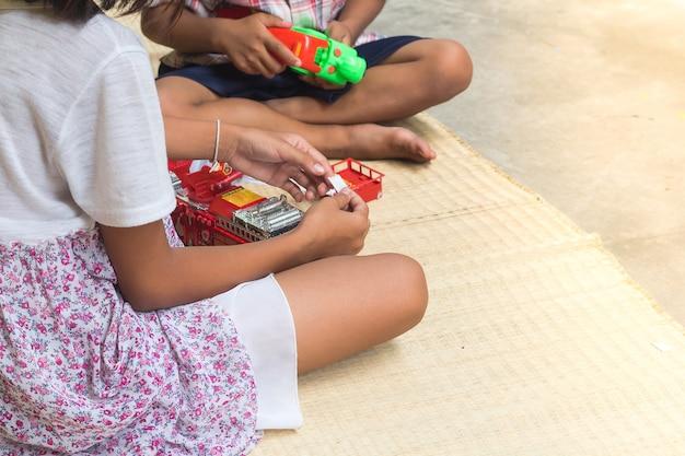 おもちゃの火車で遊んでいるタイの子供たち、一般