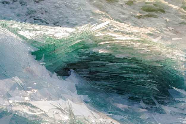 産業でのリサイクル用の廃ガラスのイメージ、破損したガラスのリサイクル