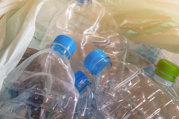 リサイクル廃棄物、水ボトル廃棄物分離コンセプトの多くのためのキャップ付きプラスチックボトル