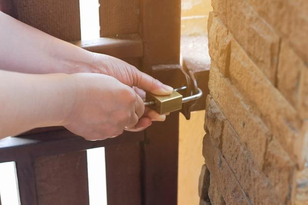 女性は外側のドアのロックを開いて鍵を回す