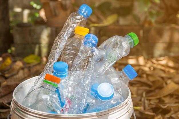 リサイクル廃棄物、水ボトル廃棄物の多くのためのキャップ付きプラスチックボトル