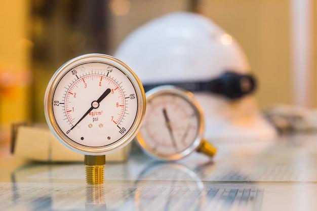 Крупный план нового комплекта манометра для обслуживания подготовки стеклянного стола, работы промышленности